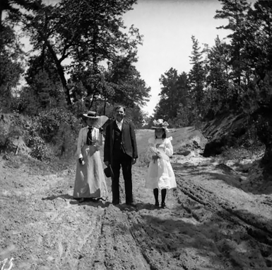Emmy Münter, Willie and Virgie Scheuber on a dirt road. Marshall, Texas. 1899-1900.