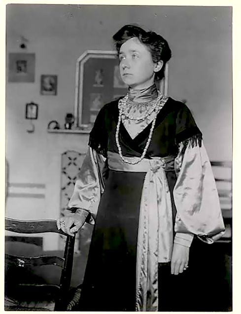 Gabriele Münter in 1905, wearing her own creations.